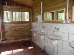 Toalety i umywalnie